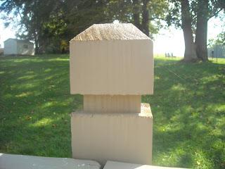Оголовник деревянного столба на заборе. Фото 1