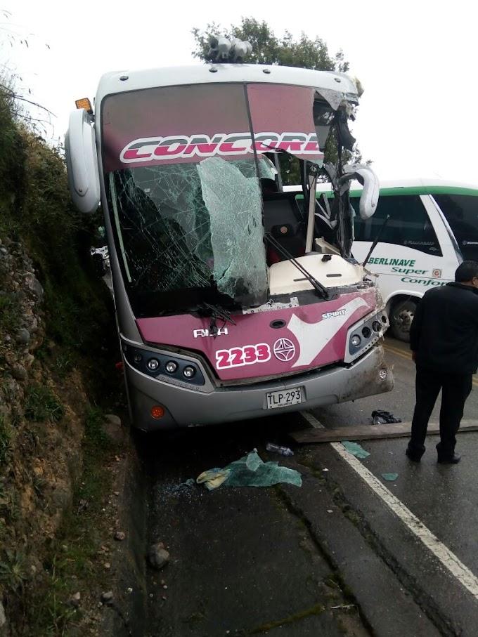 Accidente de dos buses en la vía Soatá – Duitama, deja un conductor herido