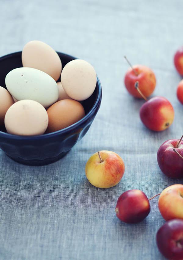 huevos de colores y manzanas silvestres