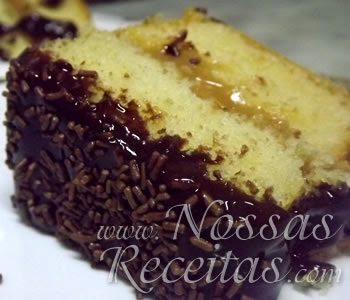 deliciosa receita de bolo com recheio de doce de leite e cobertura de chocolate