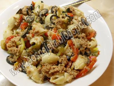 Тестенина са туњевином, маслинкама, линуном, паприком