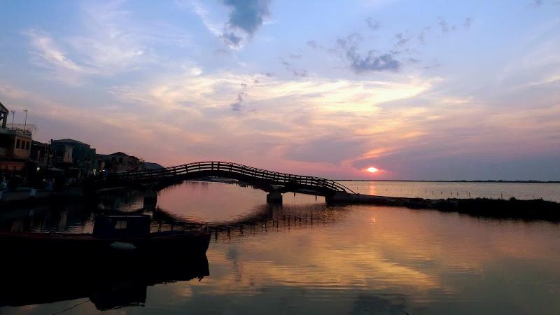 Viel fotografiert nicht nur bei Sonnenuntergang: Die Holzbrücke von Lefkada Stadt