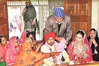 Honey Singh Sitting With His Wife Shalini Talwar In Marriage