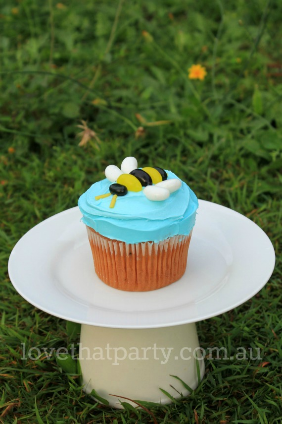how to, bee cake, birthday cake, tutorial, cake decorating, diy, bee party ideas