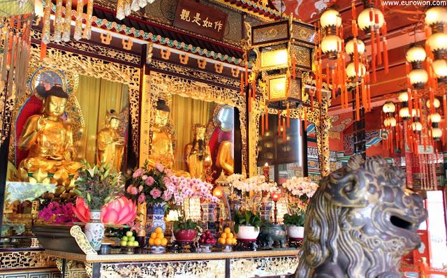 Estatuas de Buda en el edificio principal de Po Lin