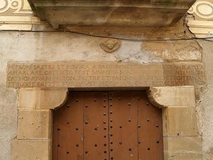 Inscripció a la llinda de la porta d'entrada a la Casa Sastre