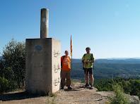 El Joan i el Mauri al vèrtex geodèsic de Sant Genís de 563 m.a.