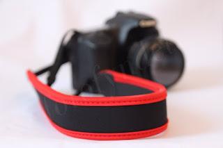 Kamerarem i neopren, svart med röda detaljer