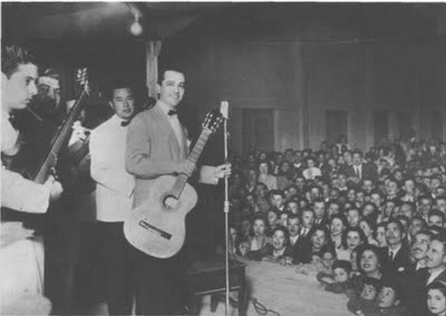 Hugo del Carril con su guitarra en el escenario