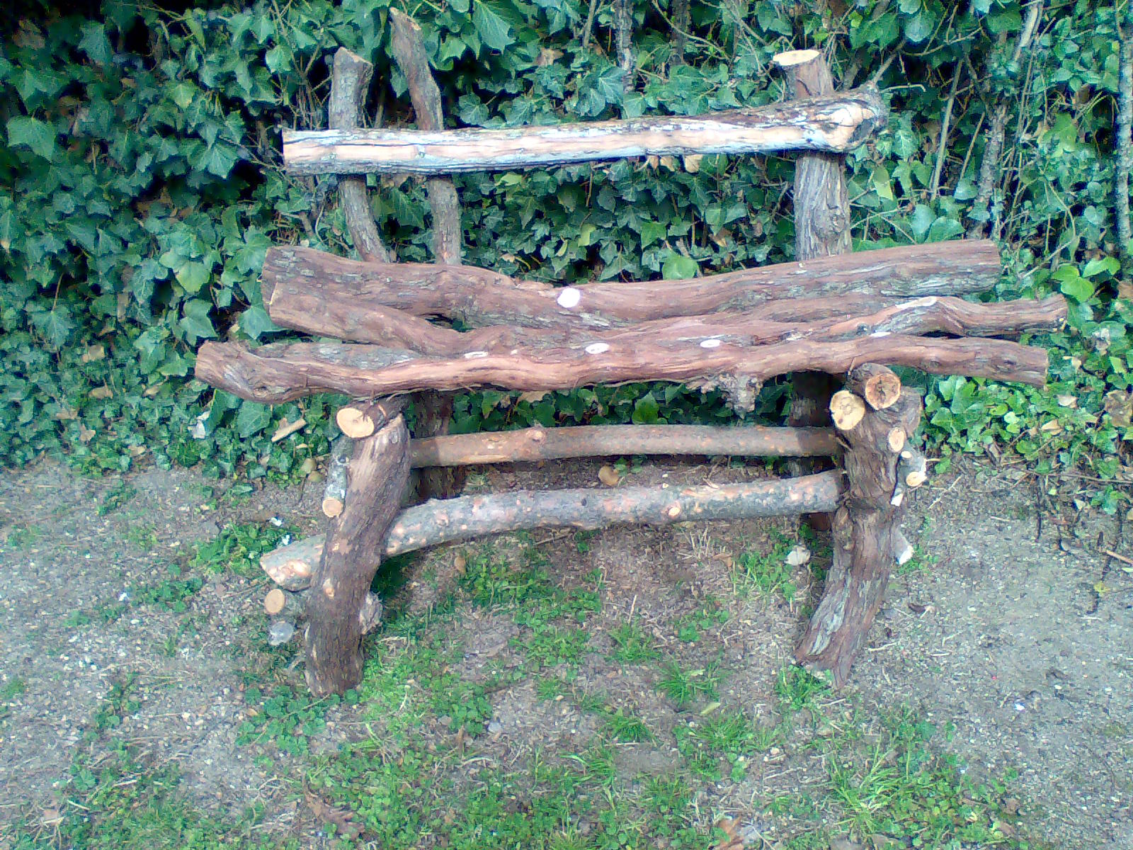 Como hacer un banco r stico con troncos y palos de un for Como hacer un jardin rustico