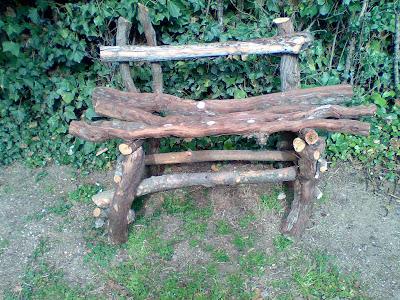 Como hacer un banco rústico con troncos y palos de un árbol