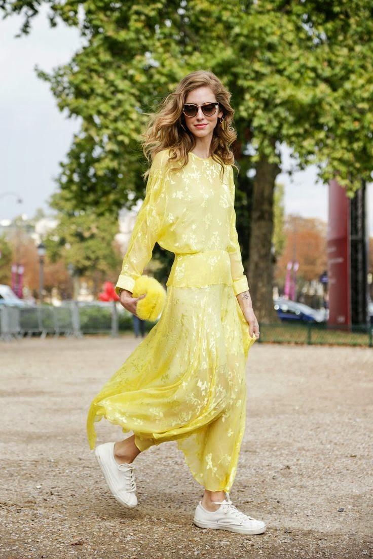 Chiara Ferragni -Vestido de seda amarelo e tenis brancos, mala pelo