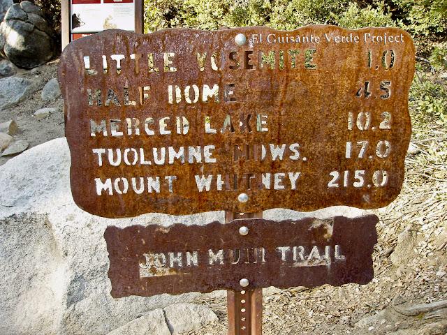 Señalización en el John Muir Trail, Yosemite por El Guisante Verde Project