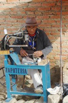 Foto de un zapatero de avanzada edad