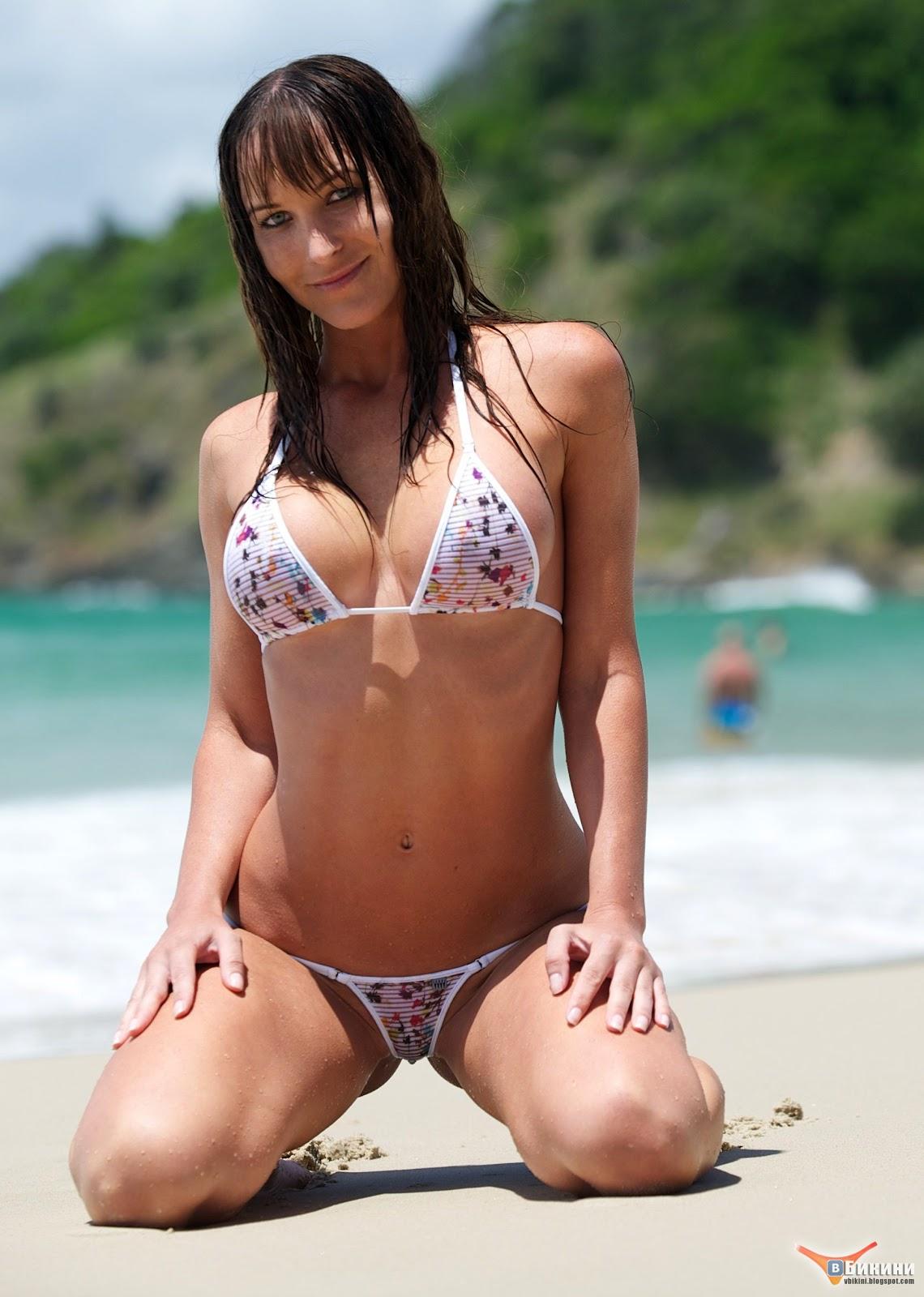Позирует в микро бикини напляже