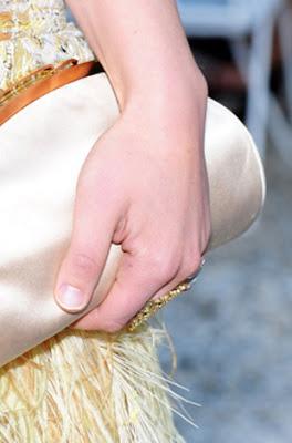 >Chanel apresenta desfile com modelos sem esmalte!