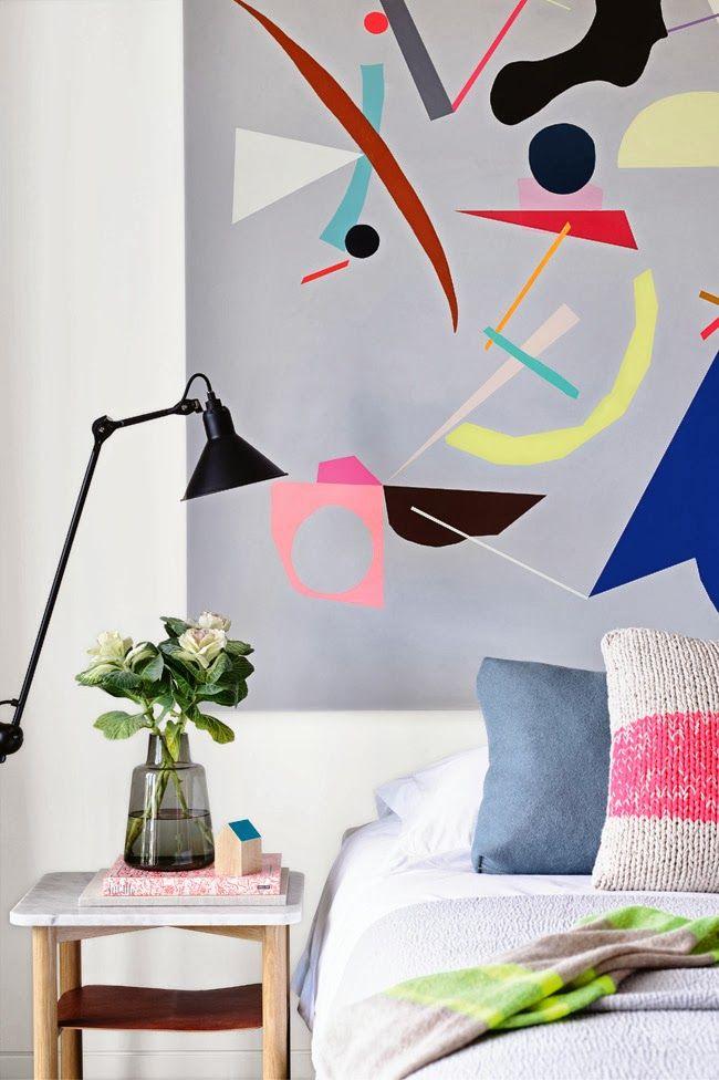 stort og farverigt kunst i soveværelset