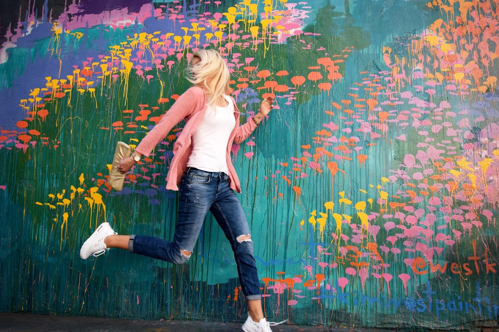 Nike air max thea, Nike, sneaker, boyfriend jeans, gold clutch, pink, pink cardigan