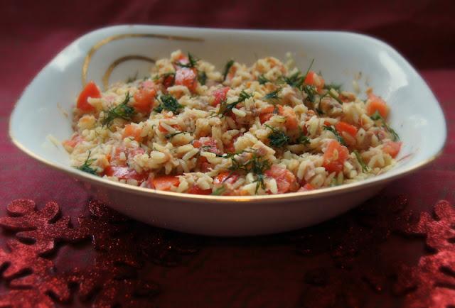 Lekka sałatka ryżowa  z tuńczykiem i koperkiem