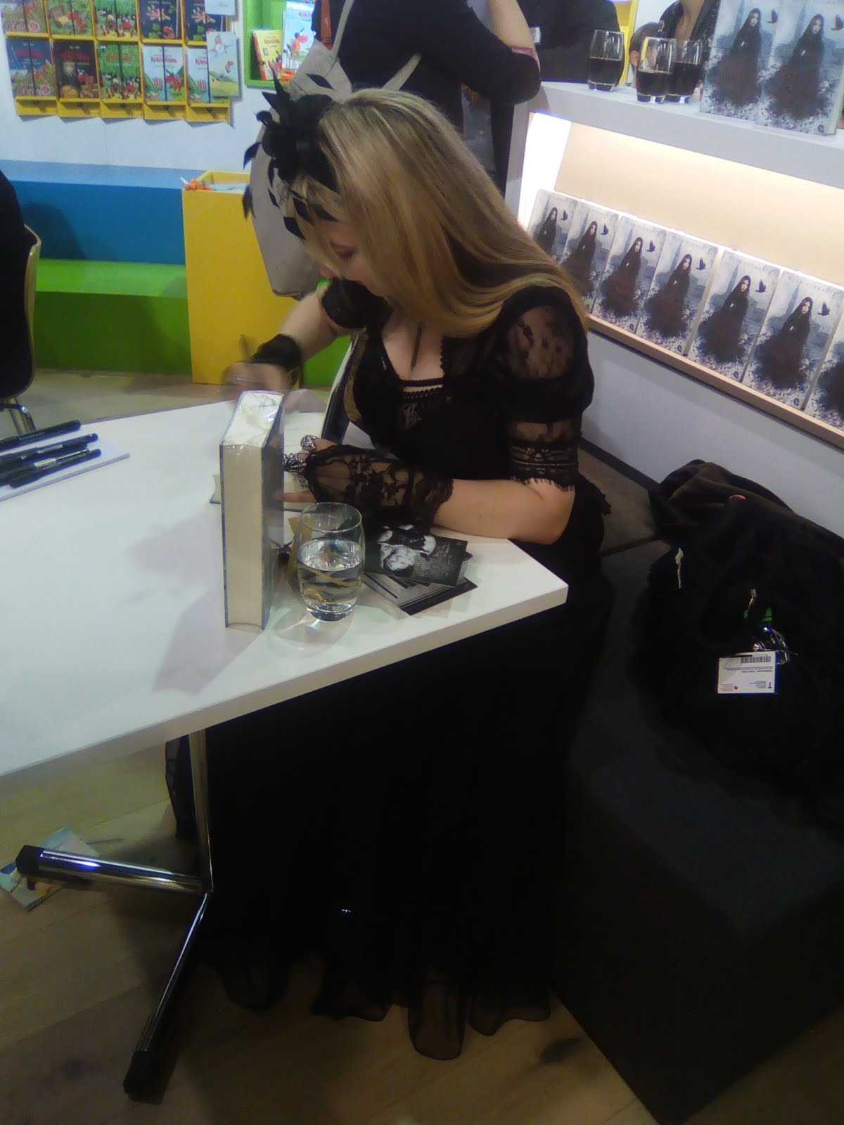 Gesa Schwartz am Signieren ihrer Bücher
