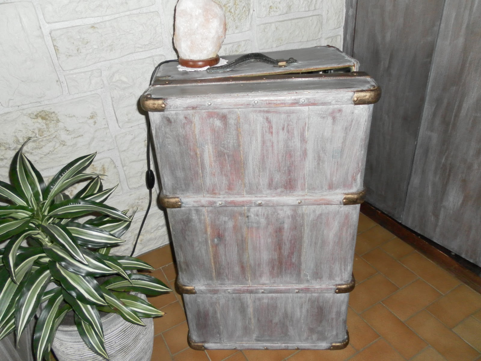 la d co d 39 isa une valise en bois. Black Bedroom Furniture Sets. Home Design Ideas