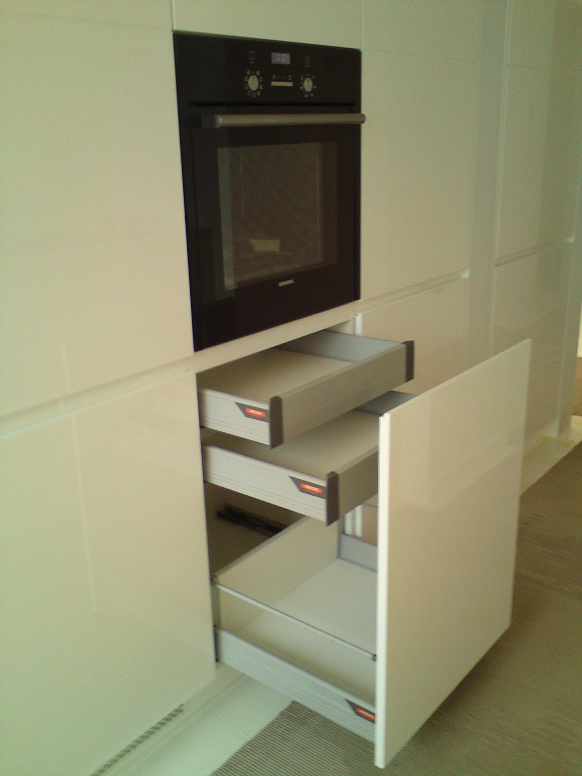 Nowoczesna, minimalistyczna kuchnia na wysoki połysk, białe meble kuchenne,