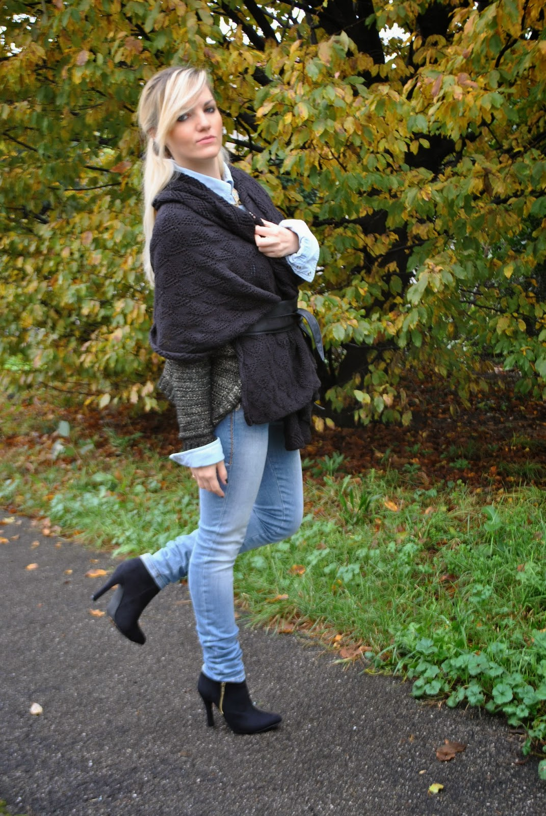outfit mantella e jeans collana etnica azteca majique london majique london gioielli cape how to wear cape abbinamenti mantella come abbinamenti mantella autumnal outfits  outfit autunnali outfit mariafelicia magno mariafelicia magno fashion blogger italian girls ragazze italiane fahsion blogger bionde ragazze bionde blonde girls fashion bloggers italy