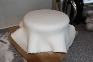 Covering a cake in sugarpaste icing