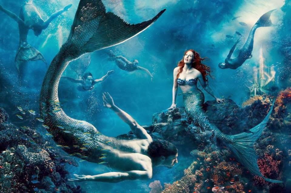 Julianne Moore como Ariel y el nadador Michael Phelps caracterizado como un sireno