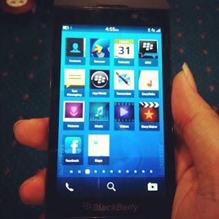 Tendremos que esperar al próximo año para verla en el mercado, pero el primer producto de RIM con BlackBerry 10 se ha visto en vídeo e imágenes. Se trata de la de momento llamada serie L (antes London). De manera oficiosa es posible que el próximo mes conozcamos más del primer terminal táctil, sin teclado QWERTY, con el nuevo sistema operativo de RIM. En el contenido que compartimos nos encontramos con en lanzador de aplicaciones, lleno de iconos, con un nuevo diseño, específicamente cuadrado. Entre los iconos encontramos algunos que esperábamos como Facebook, BlackBerry Messenger, DocsToGo, pero asimismo otros como