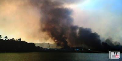 Những cột khói lớn bốc lên từ đảo Yeonpyeong. Ảnh: SBS.
