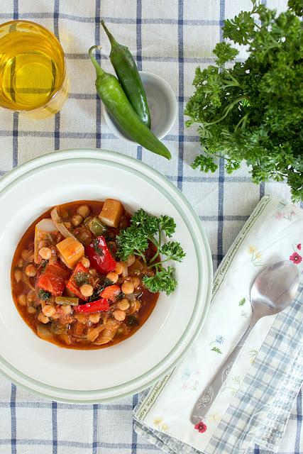 Средиземноморска яхния с нахут и зеленчуци