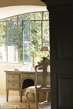 window - image by Bernard Touillon via cotemaison fr,  Août-Septembre 2005, Maison Famille, La Nouvel Le Vie d Un Mas En Provence as seen on linenandlavender.net - http://www.linenandlavender.net/2014/01/backtoprovence.html