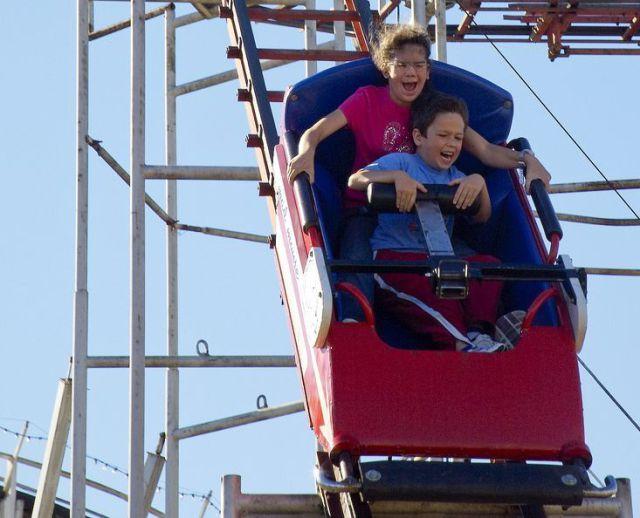 Koleksi Foto Lucu ekspresi Orang lagi Maen Roller Coaster