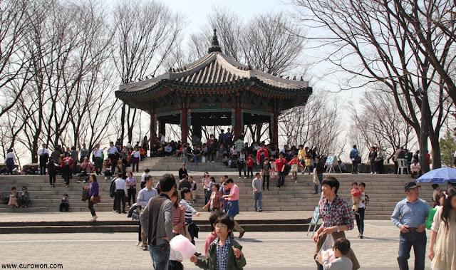 Pabellón Palgakjeon de la montaña Namsan de Seúl