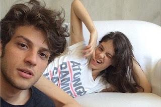 """Quando Chay Suede compartilhou esta foto com Laura Neiva, alguns internautas disseram que eles foram """"longe demais"""" no quesito mostrar a intimidade. Lembram?"""