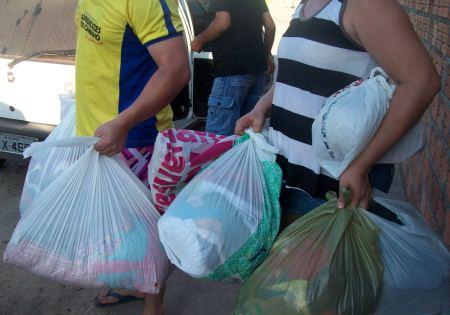 Chapadinha-MA: Vítima de incêndio recebe doações.