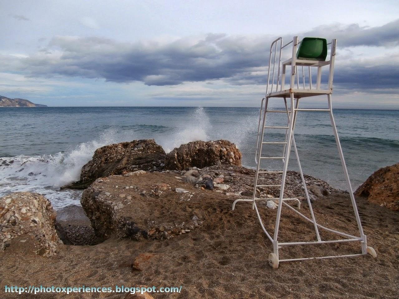 Empty lifeguard chair. Puesto de socorrista vacío.