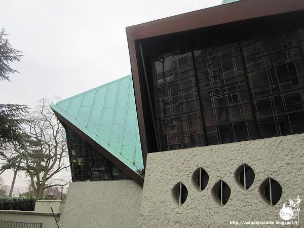Saint-Cloud - Eglise Stella Matutina, place Henry Chrétien.  Architecte: Alain Bourbonnais  Construction: 1964-1965  Vitraux: Léon Blanchet