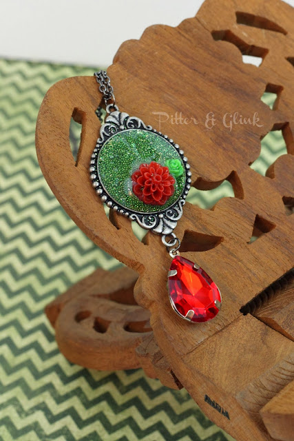 Create a DIY Christmas Pendant with this easy-to-follow tutorial from Pitter & Glink #DIYjewelry #necklacetutorial #ChristmasCraft