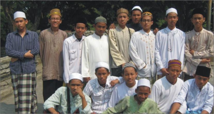 Foto bareng saat Ziarah Wali Songo ketia di Makam Sunan Maulana Malik Ibrahim 2009.