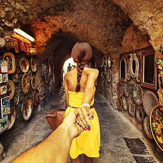 chica con trenza en vestido amarillo en una cueva