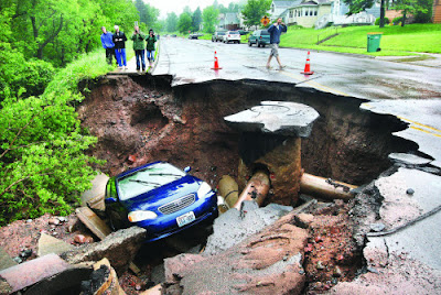 Duluth_flood_photo_car_in_sinkhole_recent_natural_disasters