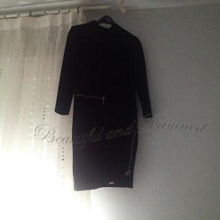 Vestido negro con cremalleras doradas de Ébano Decoración