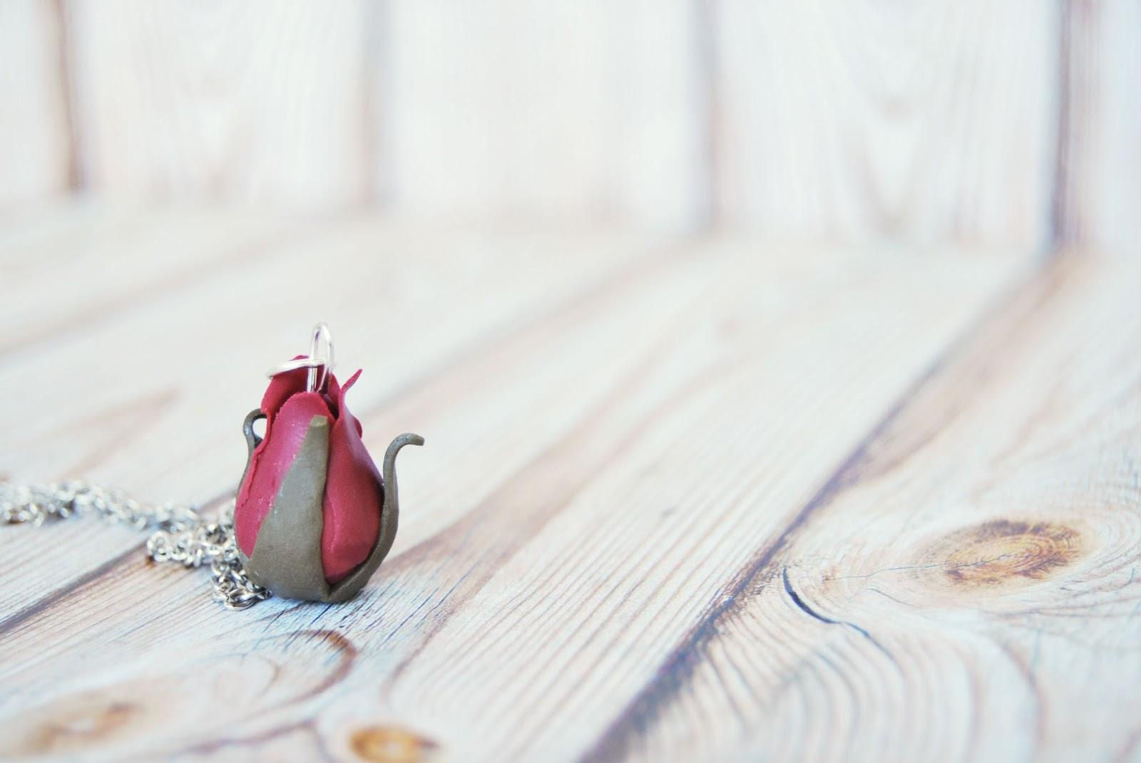 Rosa colgante collar plateado