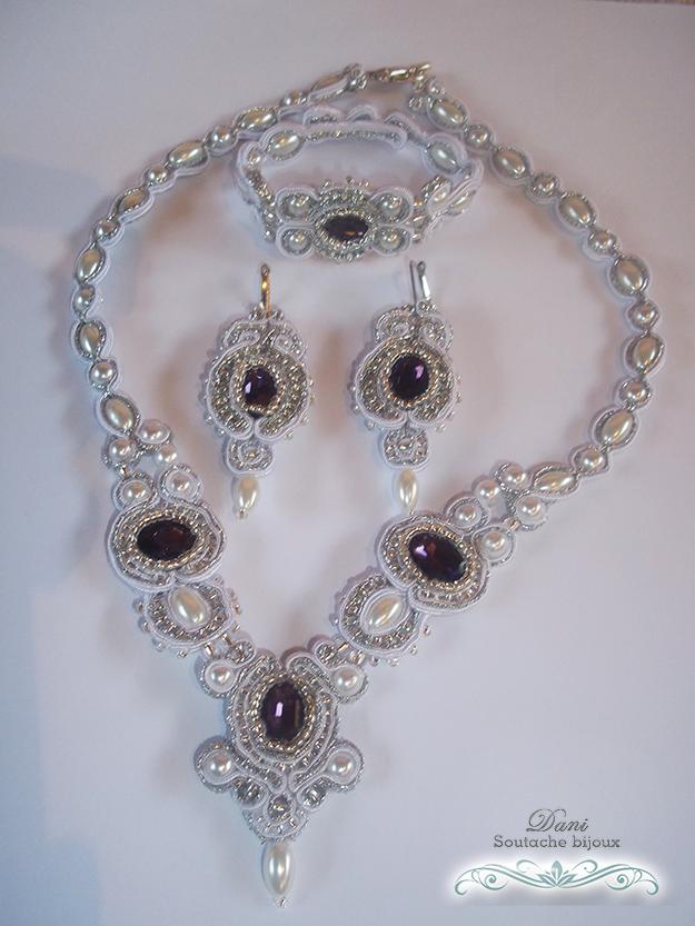 Conjunto composto por colar, pulseira e brincos em soutache branco.