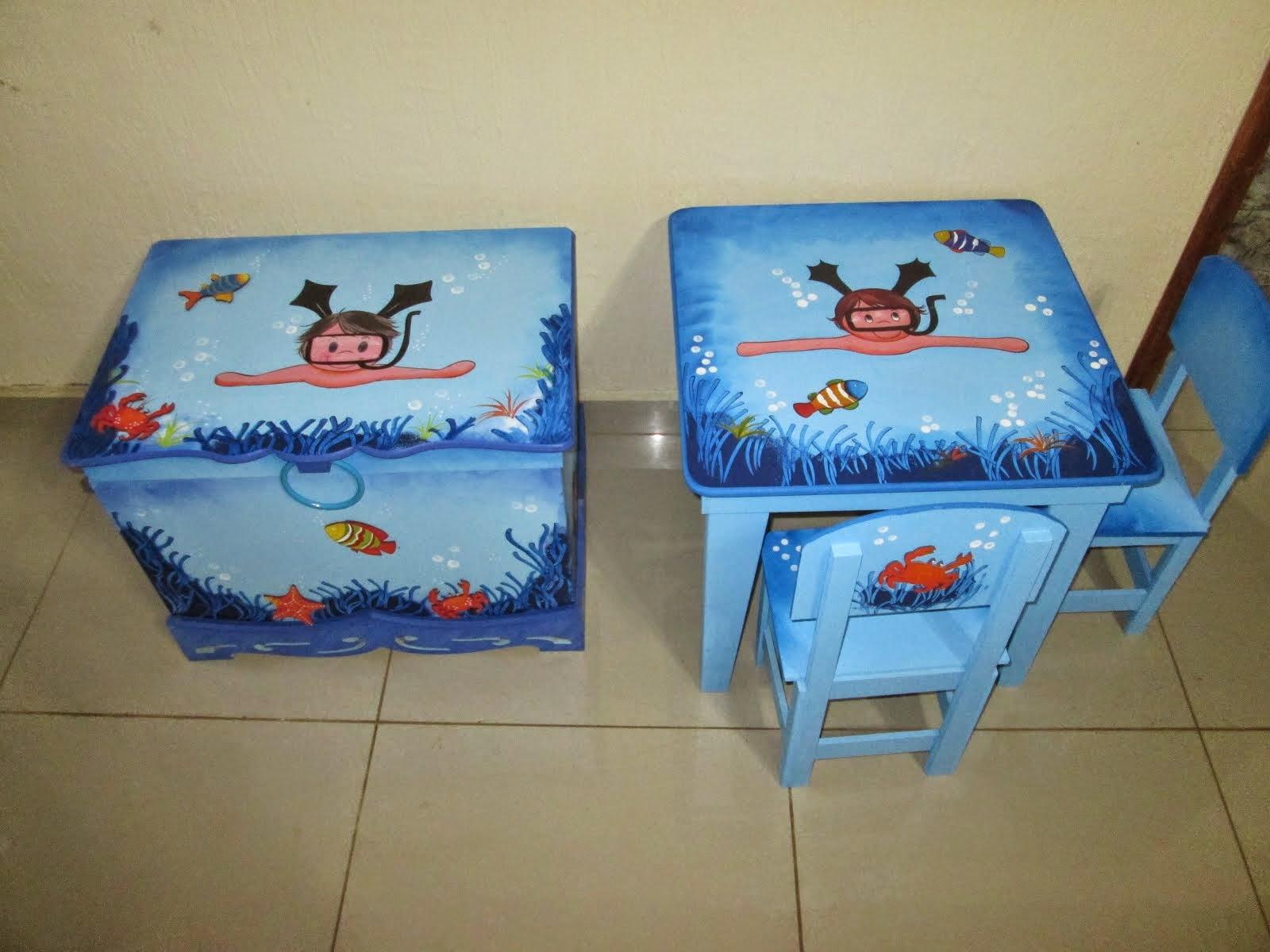 Conjunto mesinha com 2 cadeiras e bau R$ 350,00