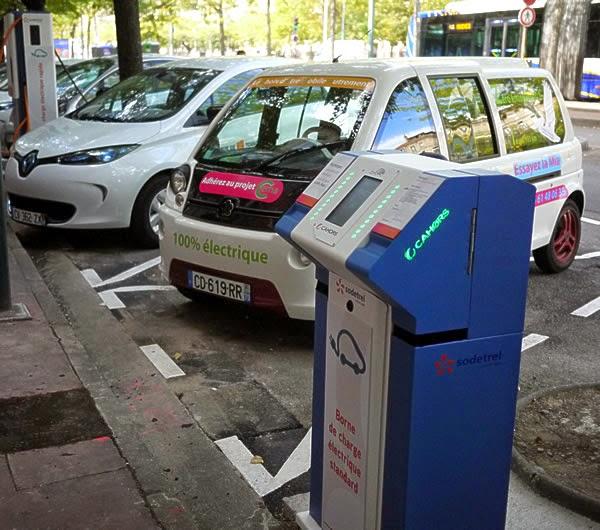 voiture électrique et borne de recharge : modèle compact et Renault Zoé