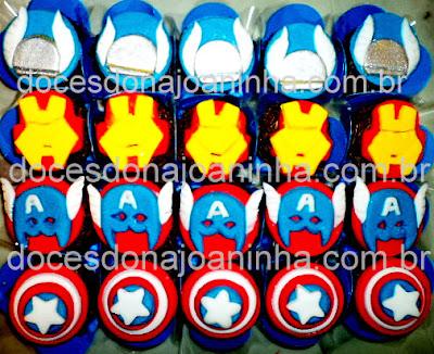 Doces e cupcakes decorados com o tema Vingadores: escudo e máscara do Capitão América, Máscara do Homem de Ferro, Elmo do Thor.