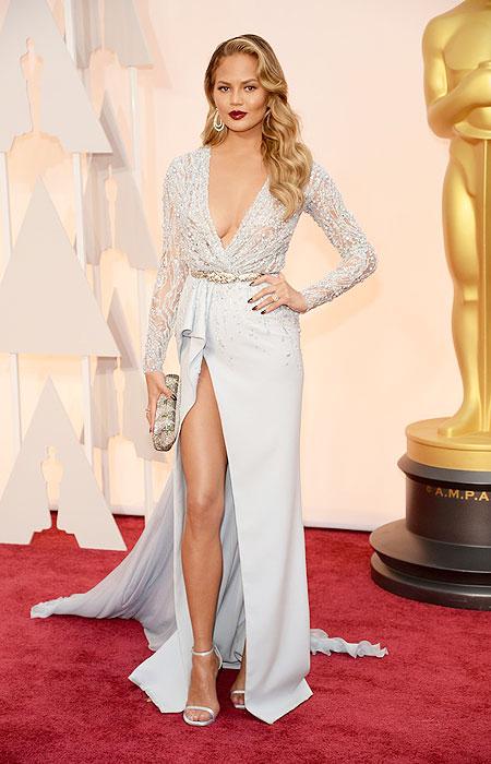 Криси Тиген в бледо синя рокля с висока цепка на Оскари 2015